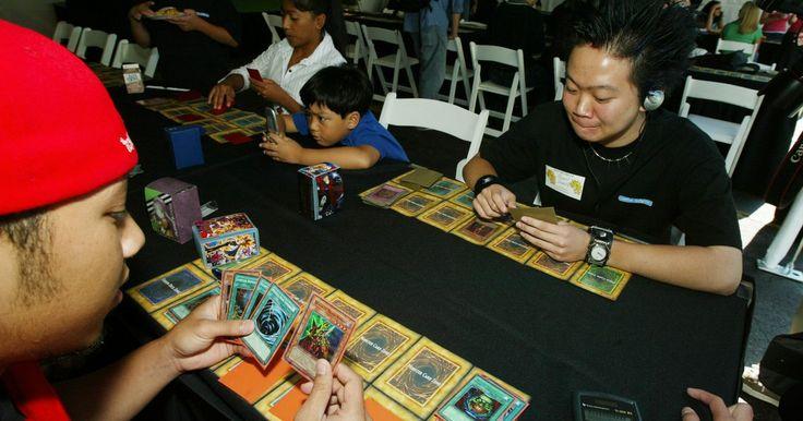 """Secretos del juego """"El Dragón Alado de Ra Yu-Gi-Oh"""". En el juego de cartas """"Yu-Gi-Oh!"""", algunas cartas eclipsan todas las demás en términos de poder absoluto. Las cartas como El Dragón Alado de Ra pueden poner fin a una batalla en un turno después de un llamado. La clave para utilizar el ala del dragón de Ra es saber cuándo y cómo posicionar mejor tus fuerzas antes del ataque."""