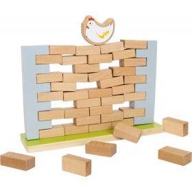 """Sliepočka a jej stena""""Koľko drievok sa dá vytiahnuť zo steny, pokým sa nezrúti?"""", premýšľa sliepočka. S drevenou hračkou Sliepočka a jej stena sa deti naučia veľa o rovnováhe, statike a základných fyzikálnych zákonoch. Dobrá drevená pomôcka pre pred-školákov a budúcich architektov!"""