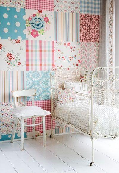 Kinderkamer met patchwork behang. Wat een zoete meisjeskamer met dat patchwork behang! Het ijzeren bedje maakt het helemaal af!