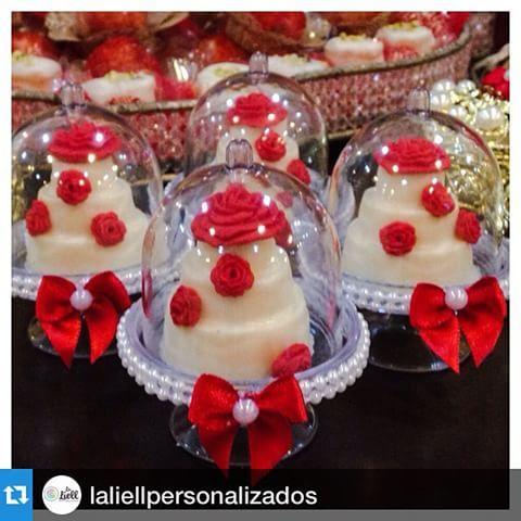 Aí estão elas de novo, usadas com mini bolos. #jaefesta #Repost @laliellpersonalizados with @repostapp. ・・・ A perfeição existe ... Olhem que coisa mais linda não dá vontade de comer de tão lindo !!! Meus é uma delicia tudo feito por @chokolatteecia #chocolate #chocolatepersonslizado #coroa #princesa