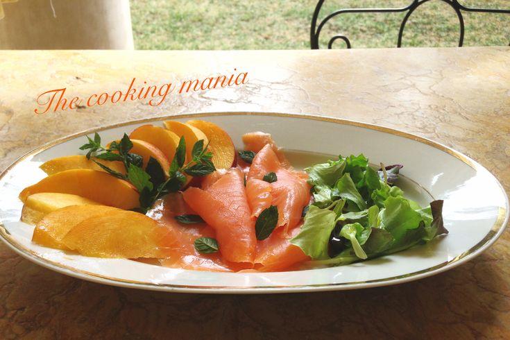 Salmone affumicato con pesche, menta e misticanza. Un gustoso antipasto estivo, veloce e semplice da preparare ma di grande effetto.