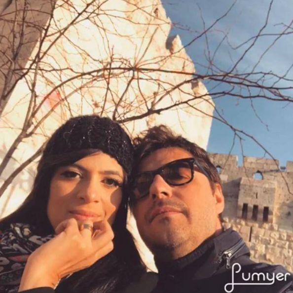 Fernanda Brum e seu marido com alianças Reisman