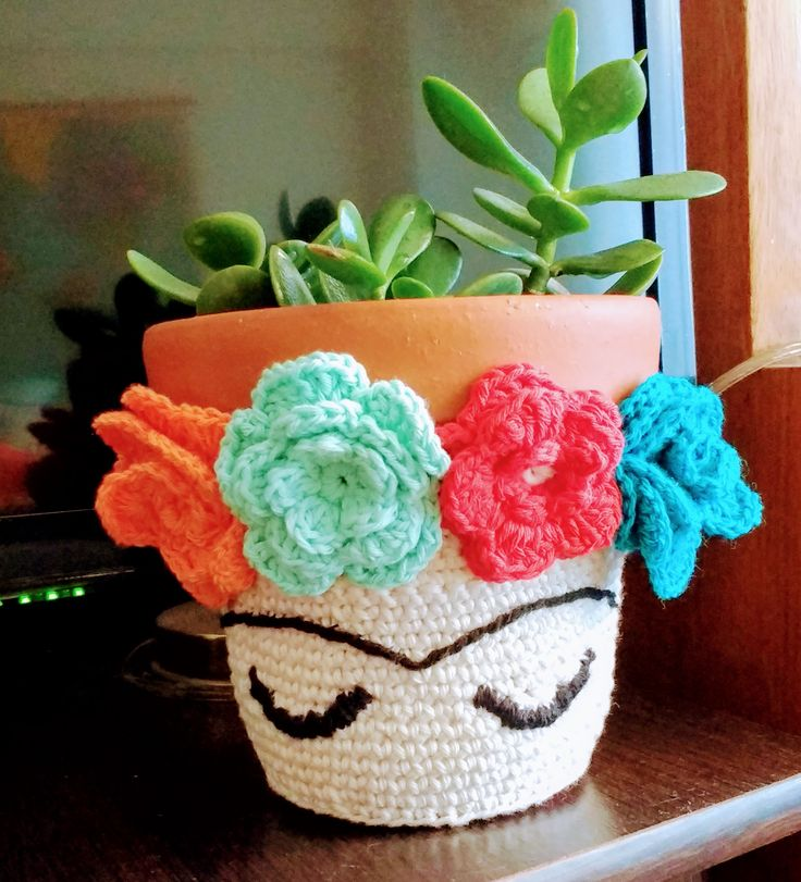 FRIDA KAHLO Maceta de barro Nº14 con funda tejida a crochet. encontrala en nuestra tienda online http://mercaditodearte.com.ar/producto/maceta-frida-kahlo/