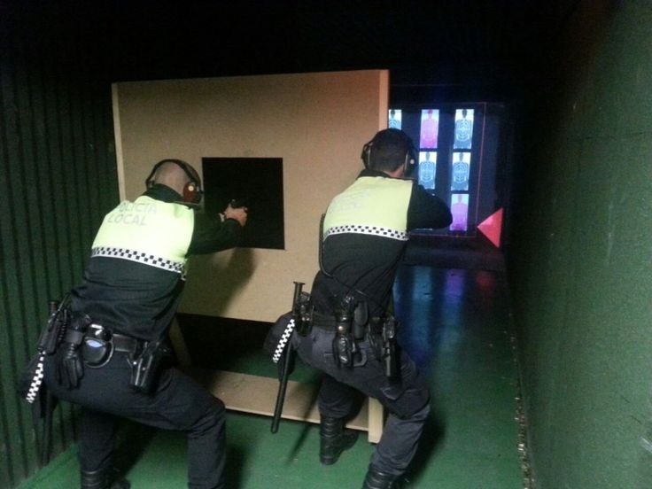 Los policías locales afinan su puntería con las prácticas de tiro
