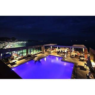 Curtindo o aniversário da Paty @patyroli #copacabana #aniversario #night #copacabanabeach #beach #hotelpestana #deck