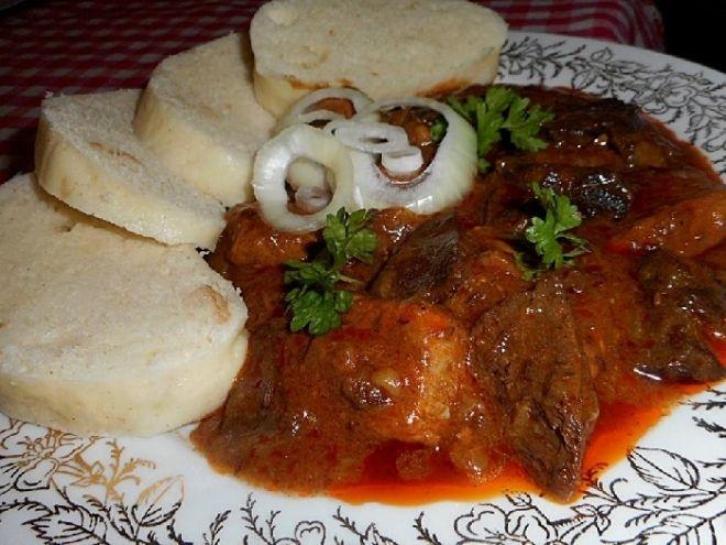 Krušnohorský vepřový guláš - Na sádle restujeme cibuli do zlatova. Přidáme nakrájené maso na kostky, a restujeme, dokud nepustí šťávu. Přidáme všechno dané koření a sůl..