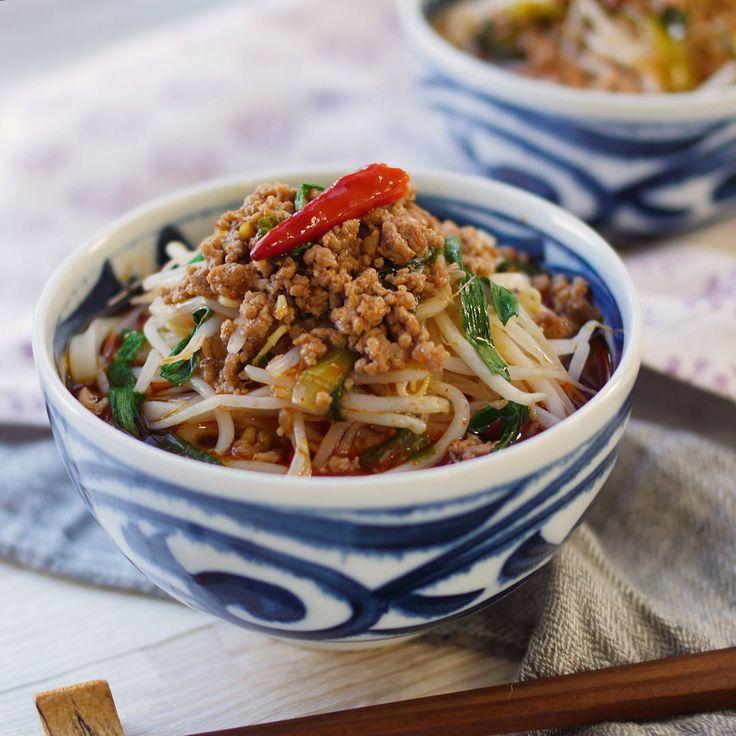 「台湾ラーメン風うどん」のレシピと作り方を動画でご紹介します。名古屋発祥の台湾ラーメンをうどんを使ってアレンジしてみました。鶏ガラ醤油ベースにオイスターソースを加えて本格的な味わいに!辛旨な味わいでお箸がどんどんススむおいしさです。