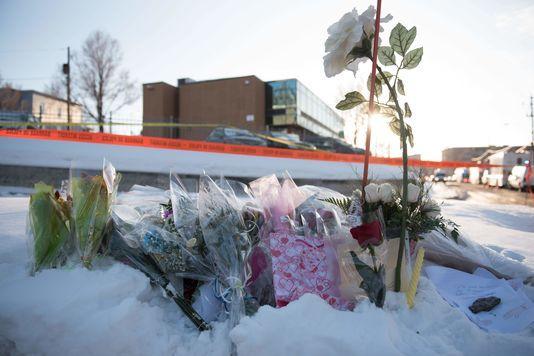 Des fleurs devant le Centre culturel islamique de Québec, le 30 janvier En savoir plus sur http://www.lemonde.fr/ameriques/article/2017/01/31/attentat-dans-une-mosquee-de-quebec-l-acte-d-un-loup-solitaire_5071915_3222.html#45OK7v60G1AGcKcH.99