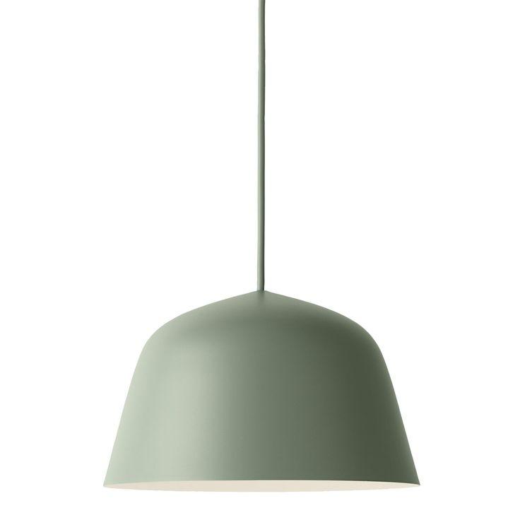 Ambit pendel S fra Muuto, designet av TAF Architects. En taklampe i aluminium med en sterk og tydeli...