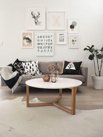 装飾のないシンプルな低めのカフェテーブルがオススメ!またテーブルやチェアの脚は直線のものを。スッキリとして見えます。