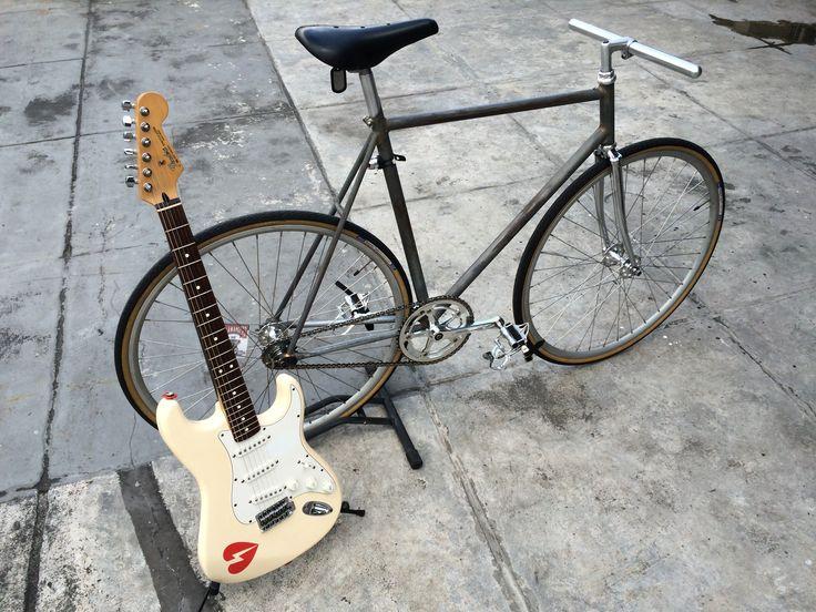 """Pipp"" on her stashbar with my guitar.  my 5th PusaWorks frame-build."