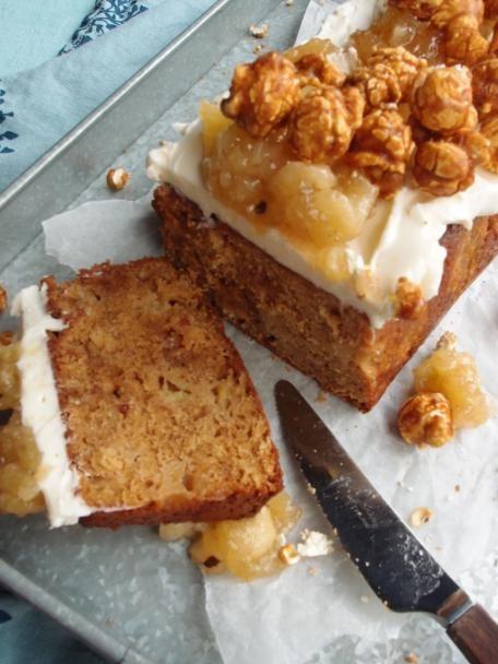 Mehevässä omenakakussa on suloisina sattumina kermatoffeeta ja pähkinää. Fariinisokeri antaa karamellimaisen maun. Kakku viimeistellään täyteläisellä mascarpone-juustolla, omenahillolla ja kinuski-poppareilla. Onko makeampaa ja parempaa!