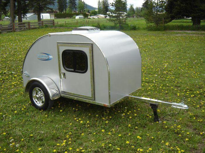 Les Caravanes Teardrop, importées des USA, vont vous faire oublier les clichés du camping à Hollandais ! Elles sont modulables selon vos souhaits et sont tellement légères que même une moto peut les remorquer ! Ce sont donc des véhicules écologiques et faciles à parquer. Sans oublier le style rétro […]
