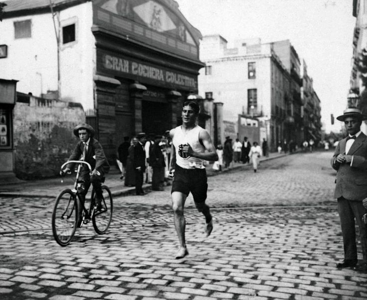 Barcelona - Fotografías de grandes maestros resumen el  glamour  de la ciudad desde 1855  El campeón Pedro Prat en una carrera, 1905/1916 FREDERIC BALLELL