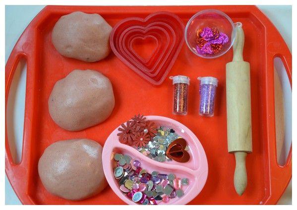 La pâte à modeler est un excellent moyen d'exerçer les petits muscles des doigts ,développer la motricité fine , et développer les compétences de coordination bilatérales ! J'ai fabriqué de la pate a modeler rose, et disposé quelques accessoires sur un...