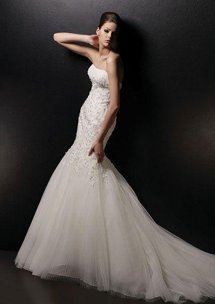 Espalda ancha: La mejor idea es un vestido de novia con escote halter. También está bueno elegir un diseño con acento en la cintura, afinando el cuerpo a la vista. No intentes esconder ni disimular los hombros. A veces puede ser peor, es decir, podés resaltarlos.