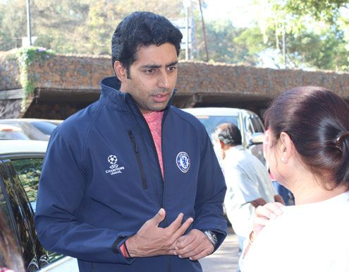 #AbhishekBachchan sharing his time with his fans at ravine hotel. This pic indicates the speciality of Ravine Hotel.