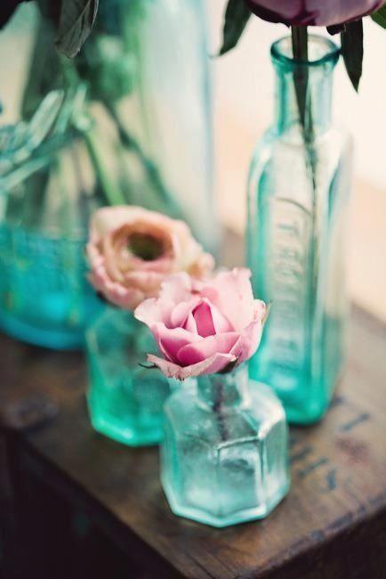 Bohemian decor / turquoise glass + roses (Instagram: the_lane)