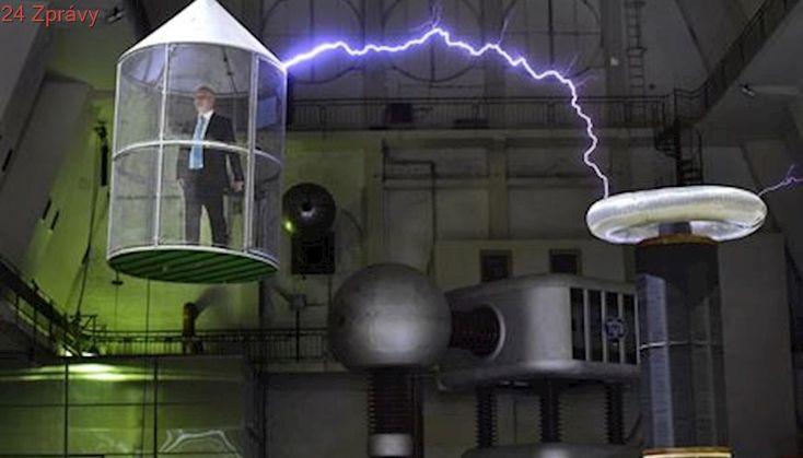 Pražská laboratoř je jako ze sci-fi filmu minulého století. Umí simulovat blesky