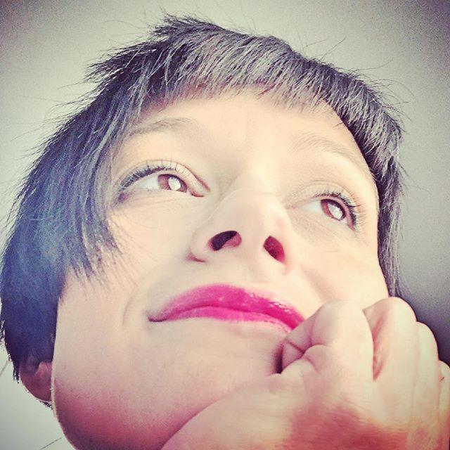 Bisogna scegliere bene il rossetto che ci accompagnerà tutto il giorno... oggi rosa corallo, energia pura 💖 We have to choose well the lipstick, it will follow us all day long... today coral pink, pure energy 💖 @piteraq.cosmetics #mammarough #piteraqcosmetics #piteraq #makeup #cosmetics