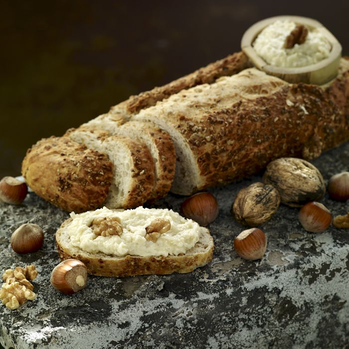 Descubre como preparar paso a paso la receta de Paté de ajo asado y queso. Te contamos los trucos para que triunfes en la cocina con Entrantes para chuparse los dedos