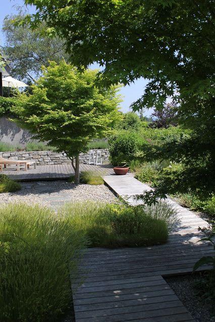 Holzsteg durch kleinen Garten, eingepackt in üppigem Grün.  #garden #garten…