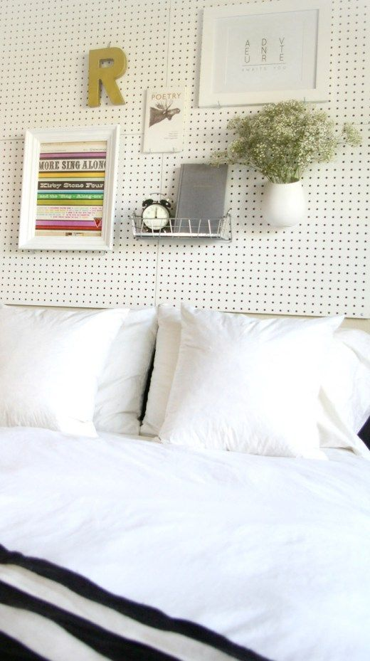 Ingenioso tablero de clavijas como cabecero de cama -http://sugarandcloth.com/