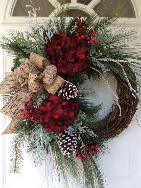 Navidad corona guirnalda-invierno-Navidad guirnalda para puerta-vacaciones Hortensia corona diseñador guirnalda-Snowy guirnalda tradicional guirnalda-Berry corona  Esta hermosa y sofisticada guirnalda es un guiño a todos los elementos tradicionales de la Navidad. Ramas de pino abundante, pino blanco cubierto de nieve y ramas escarchada cedro crean una cama perenne exuberante en que se basa la hydrangea Burdeos rica espectacular, racimos de frutos rojos vibrantes, ramas de abedul cubierto de…