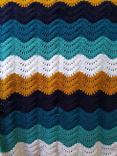Feather and Fan Baby Blanket – free crochet pattern #crochet