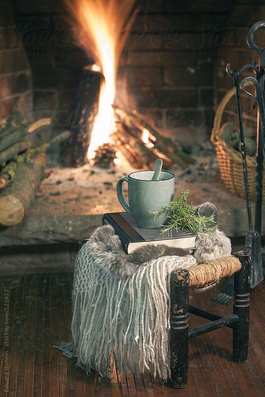 Uma xícara quente de chá e livro em uma lareira é tudo de bom!