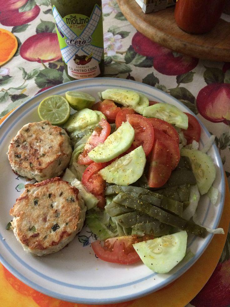 Comida rica y sana ensalada con nopales y mini burgers de for Comida para tilapia