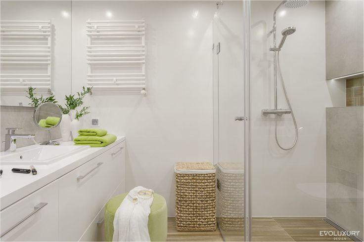 Biała łazienka, nowoczesna łazienka, prysznic bez brodzika, łazienka z prysznicem. Zobacz więcej na: https://www.homify.pl/katalogi-inspiracji/34011/7-trikow-na-wieksza-lazienke