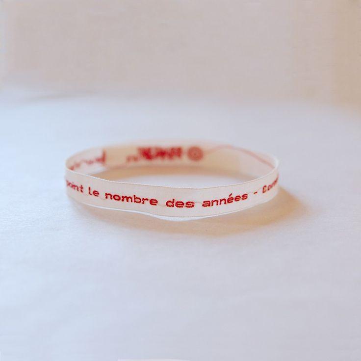 """Portez Corneille à votre poignet grâce à ce bracelet en tissu, brodé d'une citation célèbre : """"La valeur n'attend point le nombre des années"""", Le Cid, Acte II, scène 2"""
