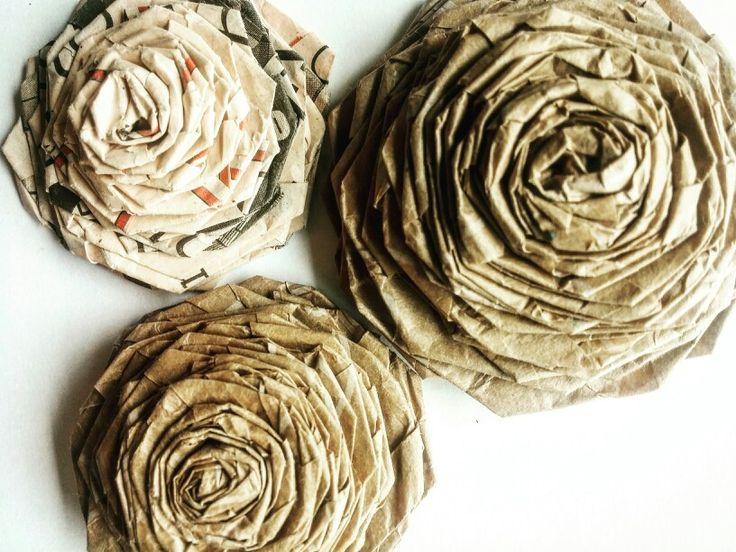 ROSAS DE PAPEL  Material: Papel kraft y papel de diario. #flores #papel #floresdepapel #reciclaje #paperlove #flowers #manualidades #arte #artesania #rosas #rosasdepapel #diario #newspaper