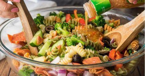Cette salade de pâtes ITALIENNE classique deviendra vite votre lunch FÉTICHE...