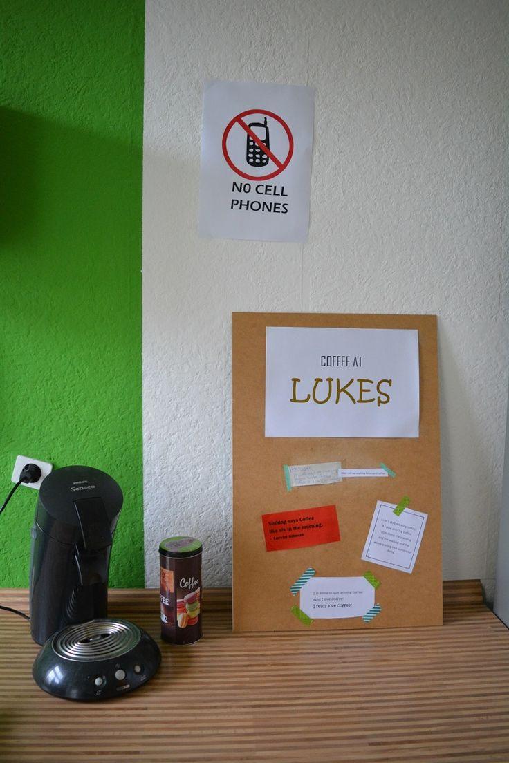 Gilmore Girls Kaffee Ecke mit den besten Gilmore Girls Kaffee Zitaten und dem No Cell Phones Schild.