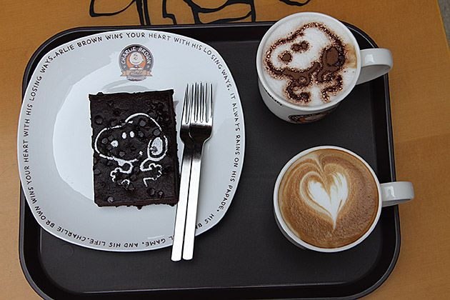 Charlie Brown Coffee Shop in Busan - I love Snoopy!