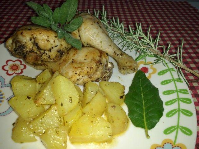 Le cosce di pollo al fornosono un classico della cucina italiana e sono davvero semplicissime da preparare! Basta azzeccare i tempi di cottura in modo tale da ottenere una carne umida, ben cotta, ma non troppo secca e utilizzare le erbe aromatiche che più ci piacciono! Io ho utilizzato i fusi e ho