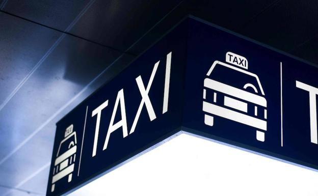 Cuando el conductor acompaña contratante, el taxímetro entrá en estado de 'servicio de espera'