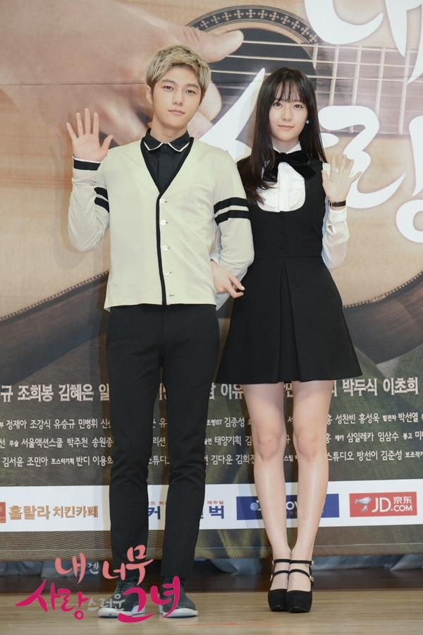 [PIC] 140915 SBS My Lovely Girl Official Site Update: Press Conference - #인피니트 Myungsoo with Krystal pic.twitter.com/vFCfQmrCEL