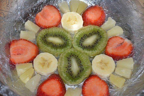 """Торт """"Фруктовое наслаждение""""  Ингредиенты: - клубника свежая - 300 гр. - киви - 1 шт. - банан - 1 шт. - ананас консервированный (кусочками) - 250 гр. - сметана - 500 мл - желатин - 1,5 пакетика (по 25 гр) или 3 ст. л. - вода холодная - 1 ст. - сахар - 1 стакан - бисквит - (1 яйцо, 100 гр. сахара, 100 гр. муки, 1/3ч. л. соды погасить уксусом)   Приготовление: 1. Испечь бисквит. Для чего яйцо взбить с сахаром, добавить муку, гашеную соду.  2. Противень выстлать пергаментной бумагой и вылить…"""