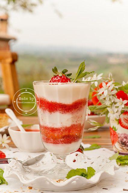 Coppetta alle fragole  con torta cocco e mandorle e crema ricotta e yogurt  by Fiordirosmarino