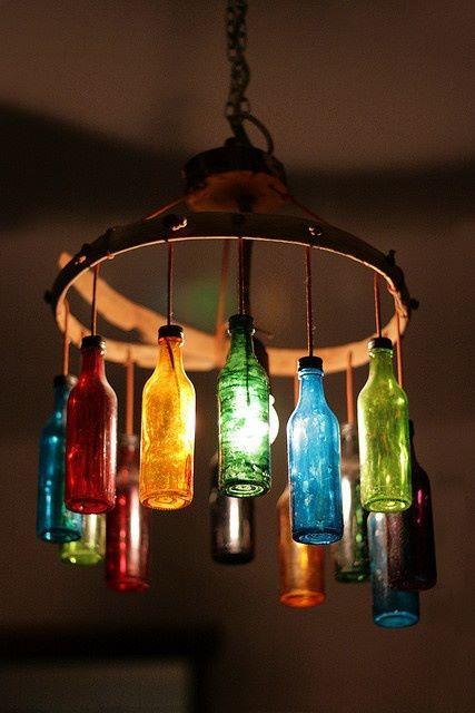Garrafas coloridas como luminárias