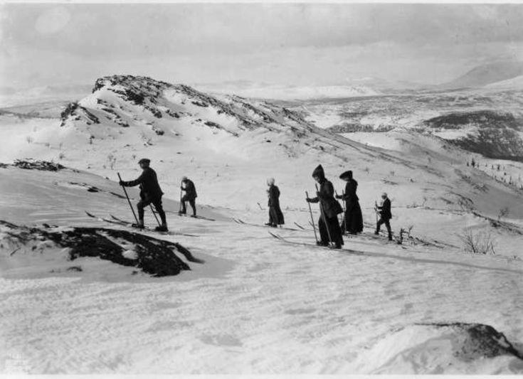 Fefor, Nord-Fron, Oppland 1911. Oversiktsbilde. Vintermotiv.Skiløpere oppe på fjellet. Menn og kvinner.