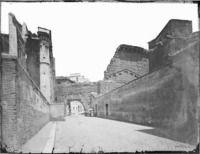 """Roma - Foro di Augusto, sul fondo l'arco a un fornice noto con il nome di """"Arco dei Pantani"""", a sinistra dell'immagine le colonne del Tempio di Marte Ultore 1891-1910"""