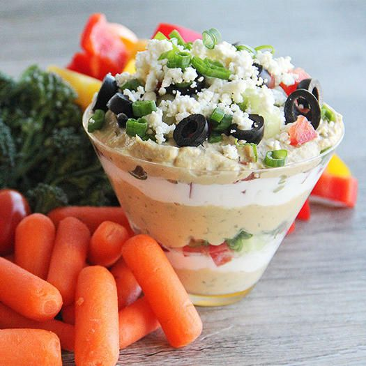 D'ispirazione greca, questa ricetta veramente semplice di hummus greco servito con strati di verdure, può essere il tuo antipasto senza sensi di colpa.