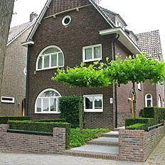 http://www.tuindesign-ten-horn.nl Tuinarchitect - tuinontwerp. Moderne eigentijdse voortuin bij jaren dertig huis in Limburg. Onderhoudsvriendelijk.