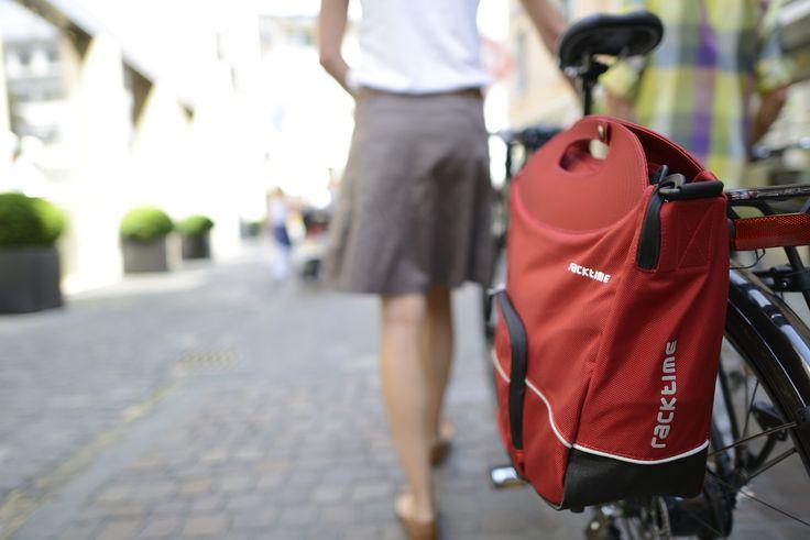 Buy-it, alforja pensada en los detalles y con atractivo diseño. Para llevarla úsala con su correa al hombro que asegura una mayor comodidad y que a su vez se asegura rápidamente al momento de pedalear en tu bicicleta.