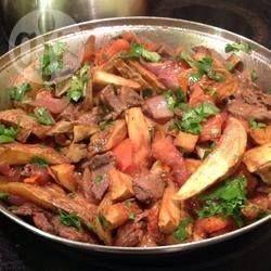 Peruanisches Lomo Saltado - Lomo Saldado ist ein traditionelles Gericht aus Pero mit Rindfleischstreifen, Chilis und Pommes. Es ist einfach zu machen und schmeckt sowohl Kindern als auch Erwachsenen. @ de.allrecipes.com