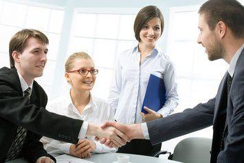 W biznesie przedstawianie osób odbywa się na podstawie precedencji, czyli pierwszeństwa wynikającego z rangi i statusu. Więcej na: http://www.krawatimuszka.pl/etykieta-w-biznesie/formy-przedstawiania-osob/